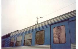 Антенна спутникового телефона (Глобалстар) на крыше вагона. Антенна установлена на мачте КВ-связи.
