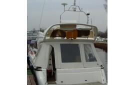 "Антенна спутникового телефона Telit SAT 550 (справа) на мачте моторной яхты класса ""река-море"""